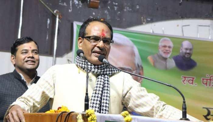 गुजरात पहुंचे शिवराज सिंह चौहान, बोले- 'पूरे देश में पतन की कगार पर है कांग्रेस'