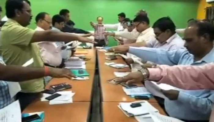 बिहार में सभी सरकारी कर्मचारियों को दिलाया गया आजीवन शराब न पीने की शपथ
