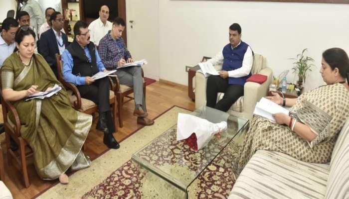 केंद्रीय मंत्री स्मृति ईरानी से मिले सीएम  देवेंद्र फडणवीस, इन अहम मुद्दो पर हुई चर्चा