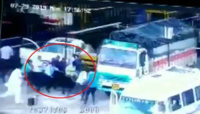 VIDEO: टोल प्लाजा पर ड्राइवर ने अचानक दबा दिया एक्सीलेटर, कई लोगों को कुचला