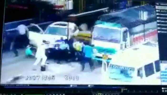 VIDEO: टोल प्लाजा में जा फंसी SUV, अचानक एक्सीलेटर पर पड़ा पांव, लोगों पर ही चढ़ गई