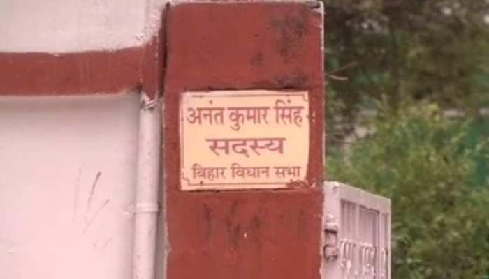 अनंत सिंह के आवास से गायब हुआ पुलिस का इश्तेहार, एक अगस्त को हाजिर होने का था फरमान