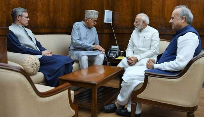 PM मोदी से मिले फारूख और उमर अब्दुल्ला, 'धारा 35A सहित अहम कश्मीरी मुद्दों पर की चर्चा'