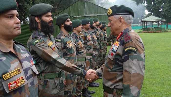LoC पर भारी गोलाबारी की बीच सेनाध्यक्ष पहुंचे कश्मीर, राज्यपाल से मिलकर सुरक्षा व्यवस्था की चर्चा की
