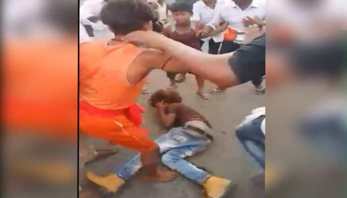 दानापुर में भीड़ का इंसाफ, बच्चा चोरी के आरोप में बीच सड़क पर लोगों ने बेरहमी से पीटा