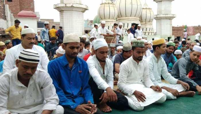 अलीगढ़: डीएम के फरमान का दिखा असर, मस्जिदों की छत पर अदा की गई नमाज