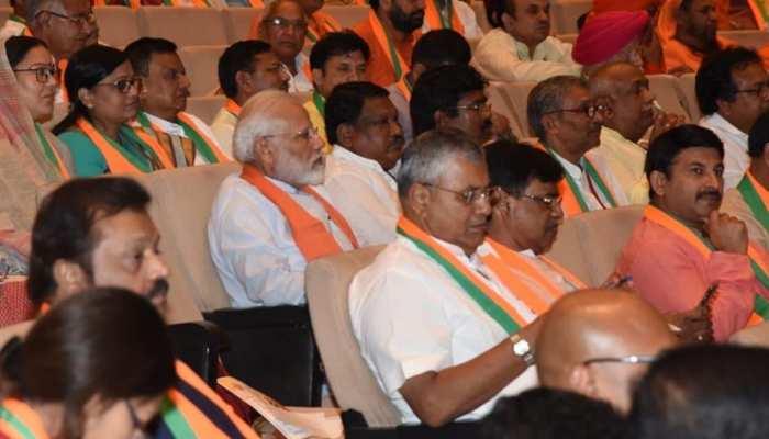 बीजेपी के अभ्यास वर्ग में सांसदों के बीच पीछे की लाइन में जाकर बैठ गए PM मोदी