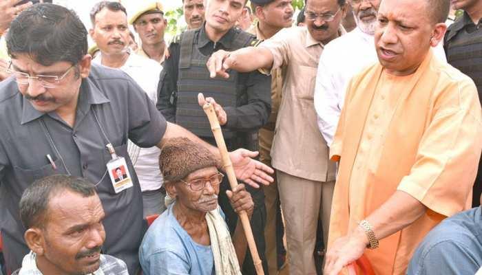 CM योगी की मौजूदगी में रिक्शा चलाने वालों ने ली BJP की सदस्यता