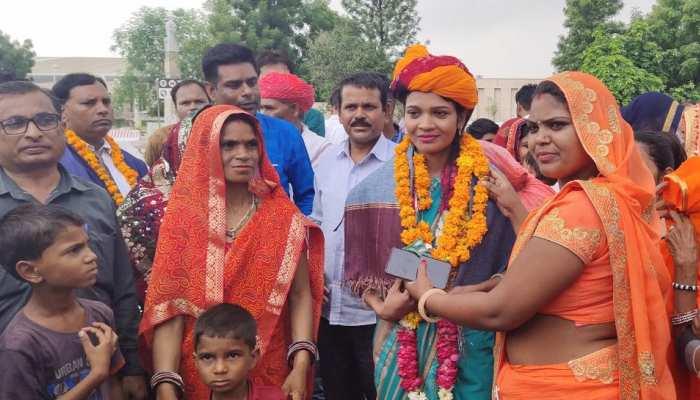 किलिमंजारों की चढ़ाई पूरी कर वापस लौटी जयपुर की मोनिका, साफा बांध हुआ स्वागत