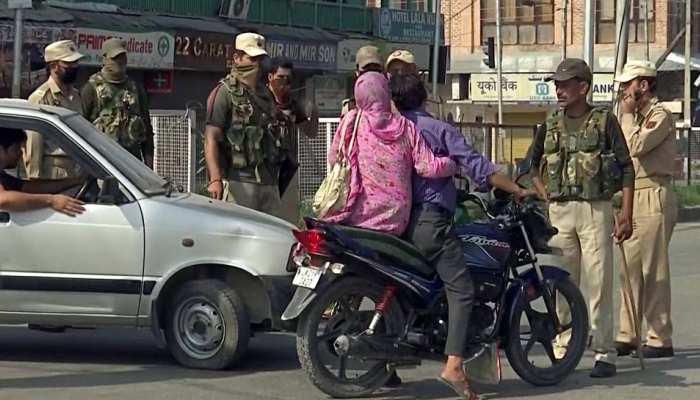 कश्मीर में कर्फ्यू, मोबाइल इंटरनेट बंद, राज्यसभा में J&K पुनर्गठन बिल पास