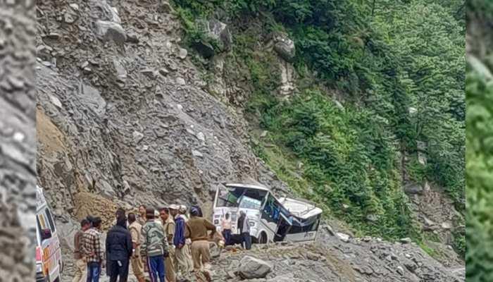 उत्तराखंडः बद्रीनाथ से लौट रहे यात्रियों की बस पर गिरा पहाड़ का हिस्सा, 6 की मौत