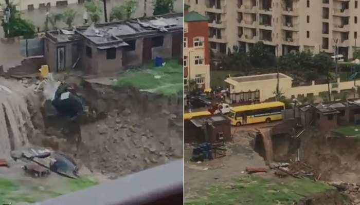 Video: भारी बारिश से इंदिरापुरम में फिर धंसी सड़क, सामने आई प्रशासन की लापरवाही