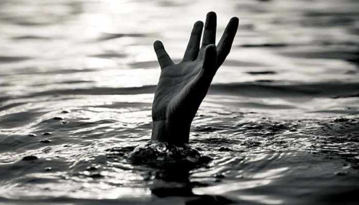 नोएडा: बारिश के पानी में खेलने गए चाचा-भतीजी गड्ढे में डूबे, बच्ची की मौत