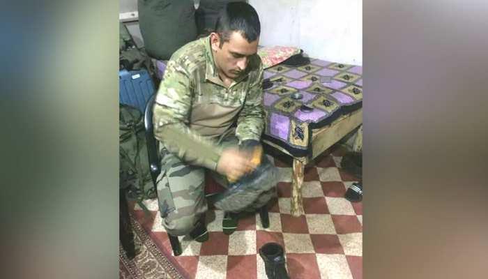 सेना की वर्दी में जूते पॉलिश करते नजर आए धोनी, फैंस बोले- आपने दिल जीत लिया