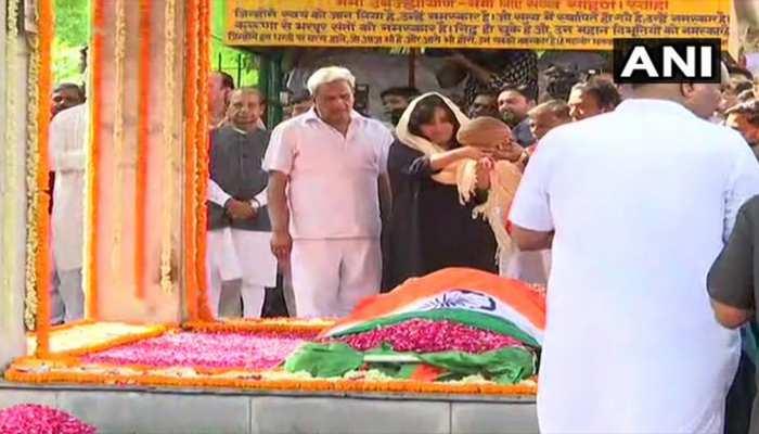 """""""#RIPSushmaSwaraj: लोधी रोड विद्युत शवदाह गृह में हुआ सुषमा स्वराज का अंतिम संस्कार, बेटी ने पूरी की रस्म"""