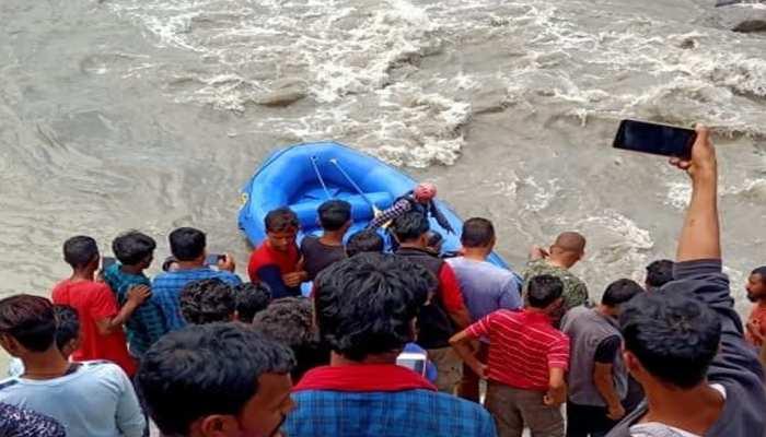 VIDEO : ब्यास नदी की तेज धार में बह गई कार, राफ्टर्स की मदद से कार सवारों को बचाया जा सका