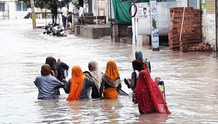 राजस्थान: कोटा में लगातार बारिश का कहर जारी, बाढ़ के चलते घरों की छत पर फंसे हुए हैं लोग