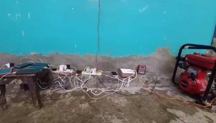 दार्जिलिंग के इस इलाके में 3 दिनों से नहीं है बिजली, जेनरेटर के सहारे मोबाइल चार्ज कर रहे लोग