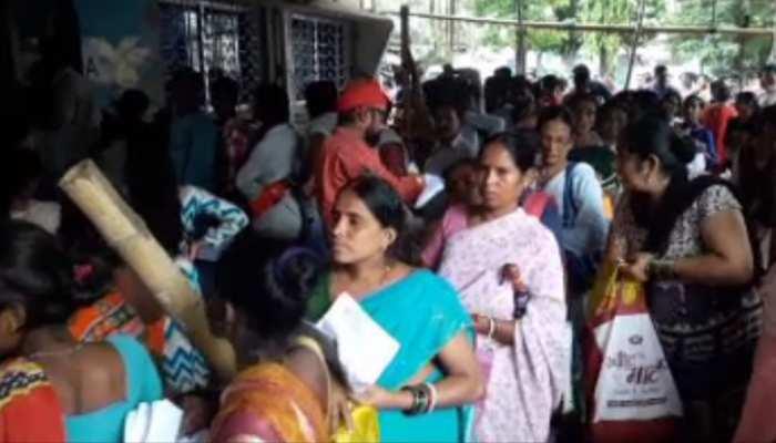 PMAY : घर के लिए उमड़ी लोगों की भारी भीड़, 4 बजे सुबह से कतार में खड़ी रहती हैं महिलाएं