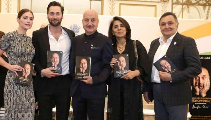 Rishi Kapoor launched Anupam Kher's autobiography, see pics