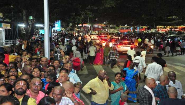 तिरुपति बालाजी मंदिर में उमड़ी भक्तों की भीड़, दर्शन के लिए लगी 3 किमी लंबी लाइन