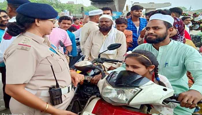 ईद पर मुस्लिम समुदाय के लोगों के नहीं कटे चालान, पुलिस से कहा- मुझे हेलमेट कुबूल है