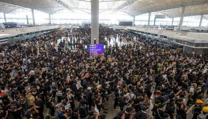 प्रदर्शन के चलते हांगकांग हवाईअड्डे से उड़ानें निलंबित, जो हवा में हैं, उन्हें उतरने की इजाजत