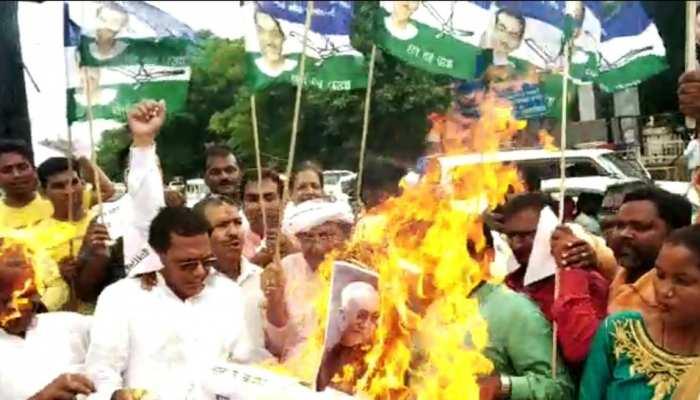 छपरा: CM नीतीश का पुतला दहन करना पड़ा महंगा, खुद ही झुलसे RLSP महासचिव