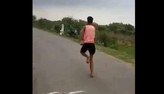 VIDEO: नंगे पैर 11 सेकंड में 100 मीटर दौड़ता है यह एथलीट, अब सरकार ट्रेनिंग दिलाएगी