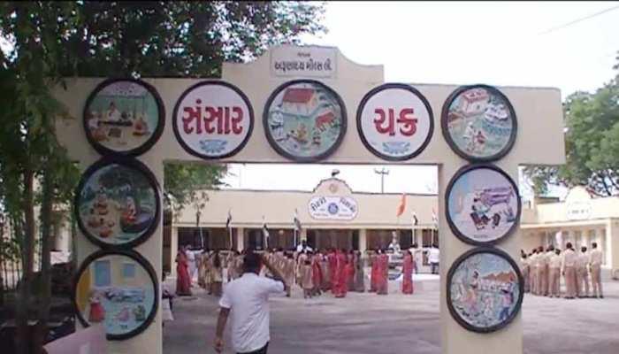 गुजरात: मोरबी में स्कूली बच्चों ने श्मशान की जमीन पर फहराया तिरंगा, CM रुपाणी ने छोटाउदेपुर में किया ध्वजवंदन