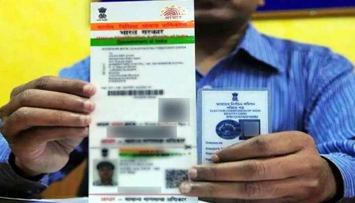 आधार कार्ड को Voter ID से जोड़ना चाहता है चुनाव आयोग, कानून मंत्रालय को पत्र लिख कानून मेें संशोधन की मांग की