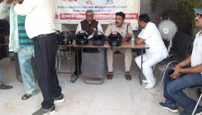 रायपुर पुलिस और URLA एसोसिएशन ने किया 'हर हैड में हेलमेट' का आयोजन, लोगों को बांटे फ्री हेलमेट