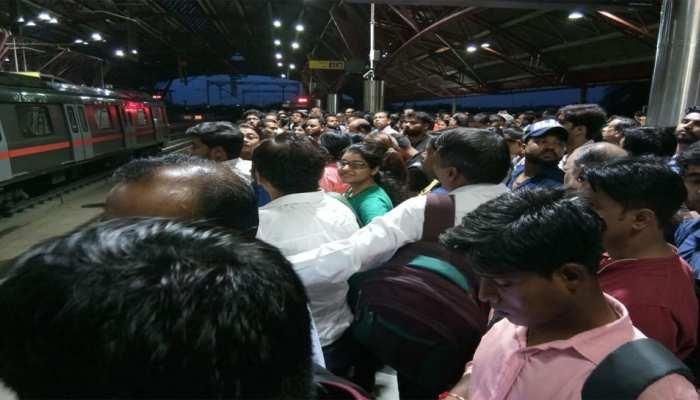 दिल्ली मेट्रो की रेड लाइन में आई तकनीकी खराबी, स्टेशन पर फंसे यात्री