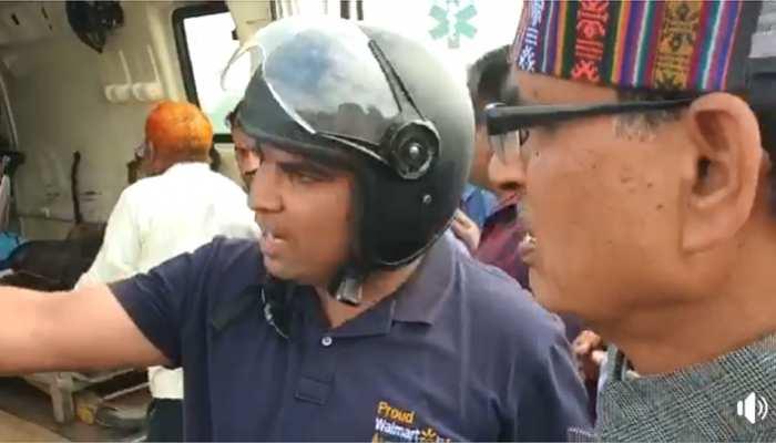 VIDEO: सड़क पर तड़पते घायल को देख शिवराज ने रोका काफिला, एंबुलेंस में बैठाकर पूछा- मैं तो नहीं चलूं