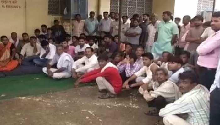 अलवर: रत्तीराम जाटव खुदकुशी मामले में धरने पर बैठे लोग, कर रहे आरोपियों की गिरफ्तारी की मांग