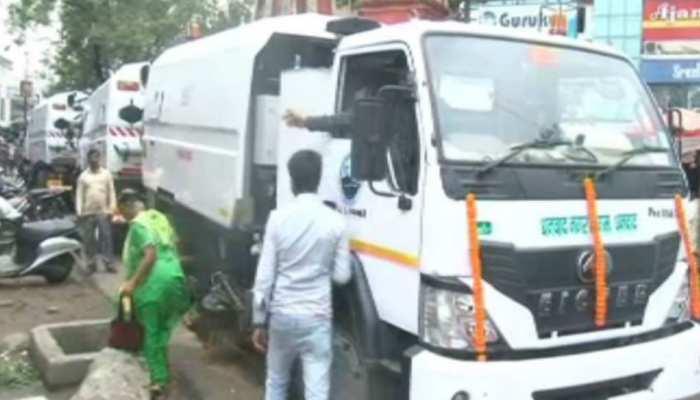 धनबाद: शहर को साफ रखने के लिए नहर निगम ने खरीदी स्वीपिंग मशीन, सांसद ने दिखाई हरी झंडी