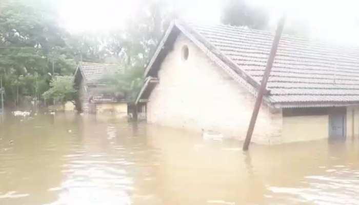 महाराष्ट्रः खुद के घर बाढ़ में डूबते रहे, लेकिन लोगों की जान बचाने में जुटे रहे पुलिसकर्मी