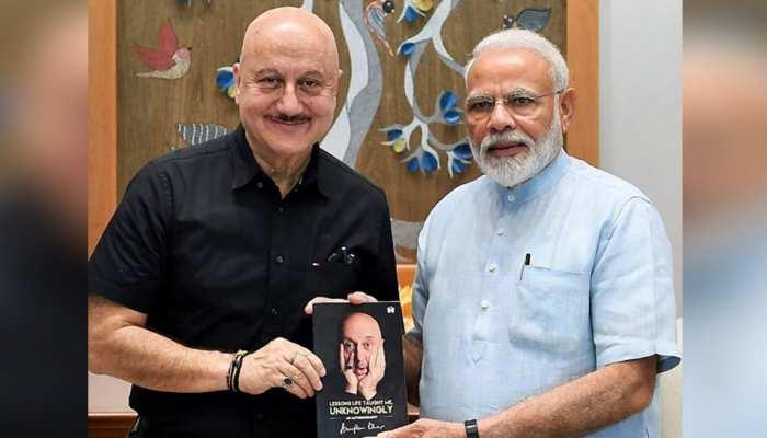 लॉन्च से पहले ही अनुपम खेर ने PM नरेंद्र मोदी को भेंट की अपनी ऑटोबायोग्राफी