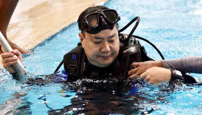दिव्यांग जवानों को स्कूबा डाइविंग करते देख खेल मंत्री भी उतरे पूल में