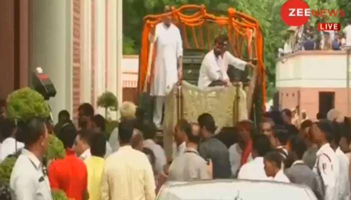 LIVE: BJP मुख्यालय से निगम बोध घाट के लिए रवाना हुआ अरुण जेटली का पार्थिव शरीर