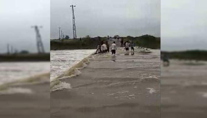 MP: ओरछा में बेतवा और जामनी नदी में आई बाढ़ के बीच फंसे थे 7 लोग, 2 दिनों बाद किए गए रेस्क्यू