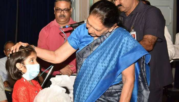 राज्यपाल आनंदीबेन पटेल ने टीबी रोग से पीड़ित बच्ची को लिया गोद, कर्मचारियों ने 21 को अपनाया