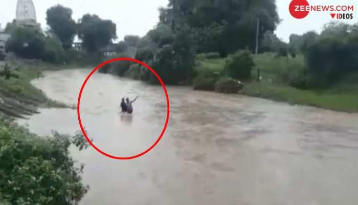 VIDEO: MP के सीहोर में नेवज नदी के बहाव में बहे पिता-पुत्र, जांबाज युवक ने कूदकर बचाई जान