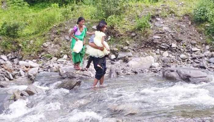 उत्तराखंड: रुद्रप्रयाग में जान हथेली पर रखकर पहाड़ी नदियों को पार कर रहे लोग