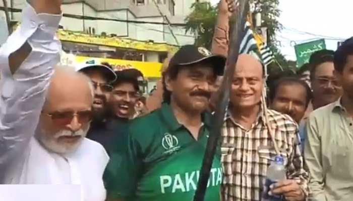 VIDEO: हाथ में तलवार लहराते हुए जावेद मियांदाद ने दिया भड़काऊ बयान, भारतीयों ने लगा दी क्लास