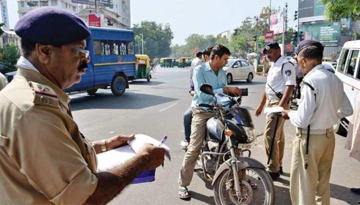 ट्रैफिक नियम की धज्जियां उड़ाने में दिल्लीवाले अव्वल, पहले दिन 3900 लोगों का कटा चालान