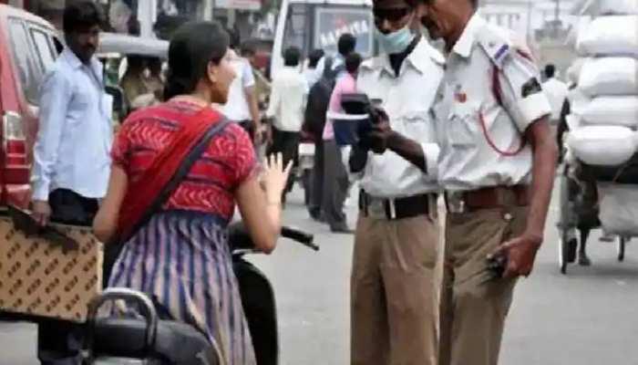 नए ट्रैफिक नियमों की अनदेखी महिलाओं को पड़ रही भारी, काटे गए चालान
