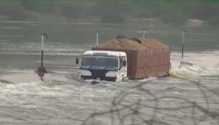 राजस्थान: पानी के तेज बहाव के चलते बनास नदी में बहा ट्रक, स्थानीय लोगों ने किया रेस्क्यू