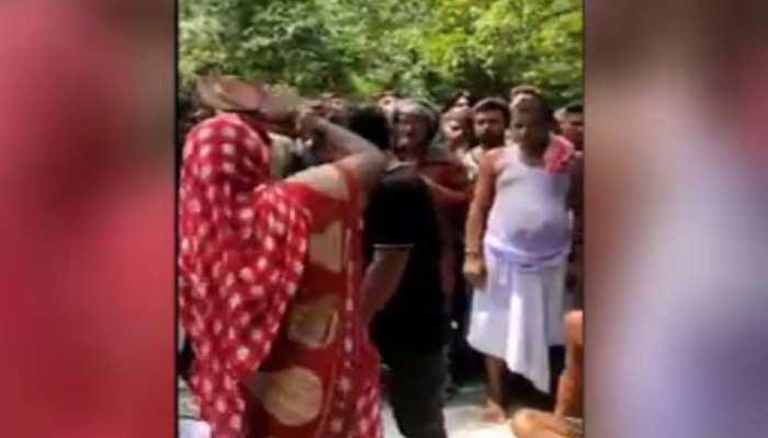 बिहार: महिलाओं के साथ युवकों ने की छेड़खानी, पंचायत ने सुनाई चप्पल मारने की सजा