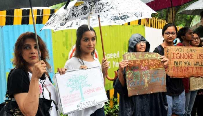 Photos: मुंबई में काटे जा रहे हैं 2700 पेड़, विरोध के लिए सड़क पर उतरीं श्रद्धा कपूर